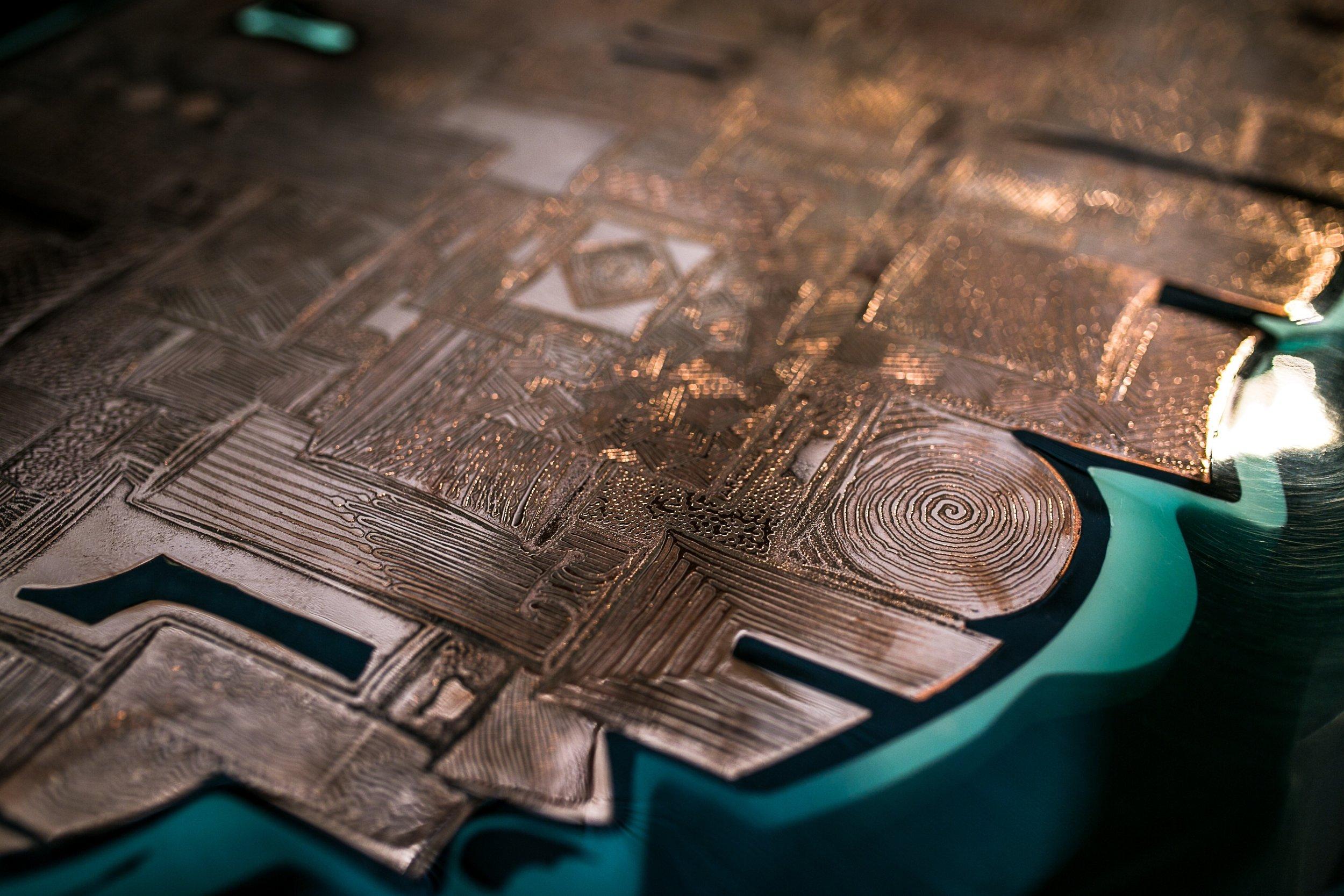"""console """"Cuir de Russie"""" - cuivre gravé et résine - 110cm x 65cm x 92cmH"""