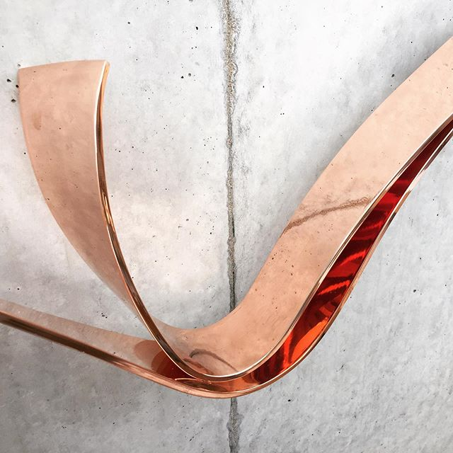 Our latest project… A very sculptural copper handrail. @maisonarmandjonckers #maisonarmandjonckers #interiorarchitecture #sculpture #belgiandesign #gregoirejonckers #alexandrajonckers #armandjonckers #collectibledesign