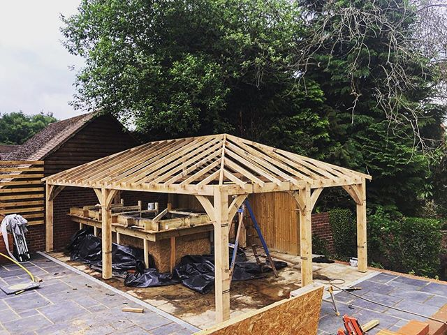 Garden Bar and landscaping project - Sandhurst: erecting the timber canopy for the bar