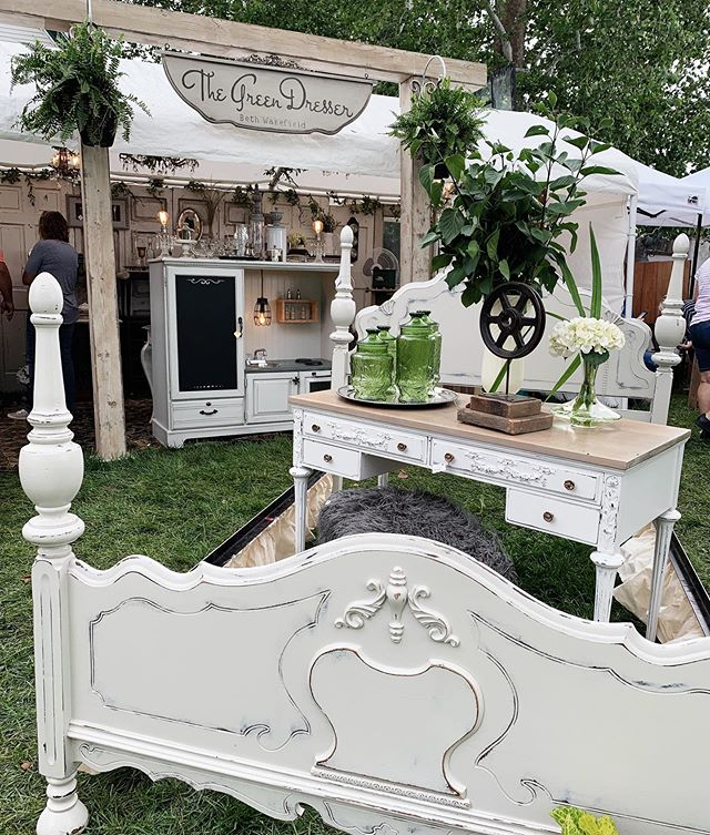 It's the last day of @junkstock for the summer!!🌟🌟 Beautiful pieces still available like this gorgeous bed frame!!🛏🤩👏🏻 come shop with us till 4pm!!