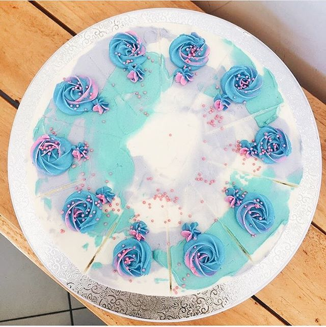 Check out this stunner of a cake by our babe @mylittlepandakitchen 😍We do wholesale, so if you wanna see our vegan sweet treats in your local cafes, let us know!