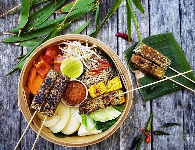 Vegan Indonesian! Have you heard? Join Annabelle from @mylittlepandakitchen in the MAKER kitchen this Saturday Dec 1st where you'll learn how to prepare a sweet and spicy glazed tempeh, a vegan Mie Goreng (that'll make your heart sing), as well as how to harvest the flavours and traditional tang to create superb plant-based dishes. With the mixture of sweet and spicy flavours, discover the culinary experimentation which led to My Little Panda Kitchen's success!❤️🙌🏻 . . ••• . . On the menu * Tempeh kering (fried tempeh with sweet & spicy glaze) * Urap (Javanese salad of blanched veggies with dry chilli coconut dressing) * Mie goreng (stir-fried noodles with spice paste from scratch) * Klepon (pandan coconut dessert with sticky palm sugar centre  YUMM😍🤤 ••• Grab all your tickets here or the link in our bio: http://www.makersydney.com/vegan-indonesian or through our bffs @sydneycommunitycollege // pic cred to @atortoiselife ❤️