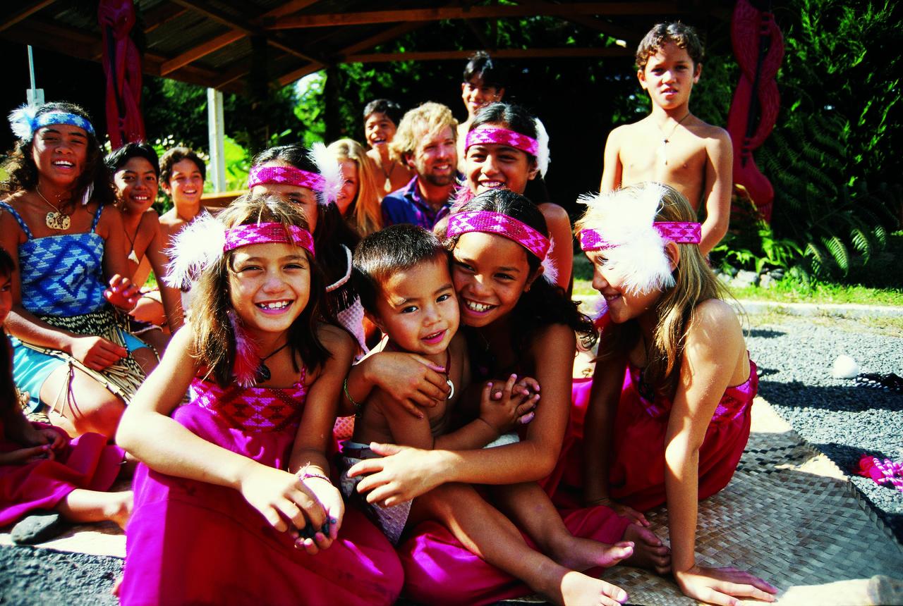 孩子们与其他小朋友学习Haka战舞