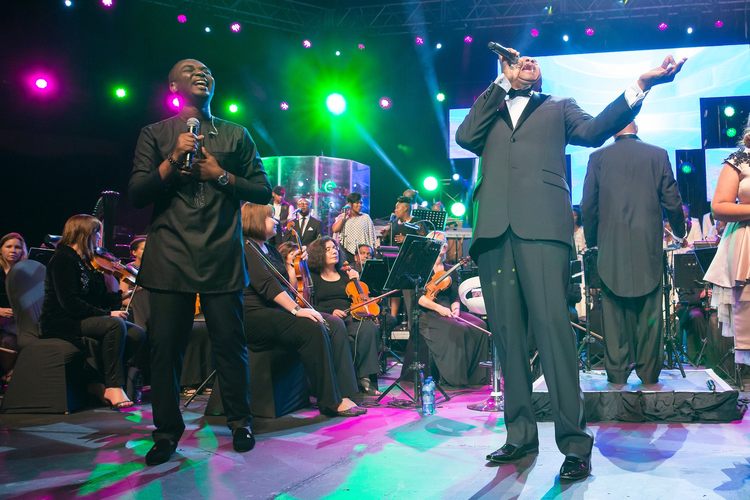 Joe performs with Donnie McClurkin in South Africa