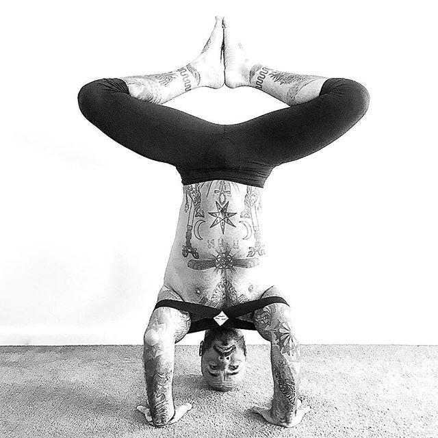 STABILITY 🤸🏼♀️ Assisted by an INFINITY STRAP. Yippee 👏🏻 we just received more stock of the pink, blue and black 🤸🏼♀️🤸🏼♀️🤸🏼♀️ 🧘🏻♂️@yogawitharian 💪🏻 💪🏻 💪🏻#symmetry #diamondlegs #sirsasana #headstand #upsidedown #inversions #downunder 🙏 #infinitystrap #infinitybrik  #yogapawsaus🐾 #wearyourmat #yogablocks #brik #doyogaanywhere #doyogaeverywhere #yogafit #yogainspiration #yogalife #yogaeverydamnday #yogaoutside #stretch #practiceandalliscoming #practicemakesperfect #namaste #wecandoit
