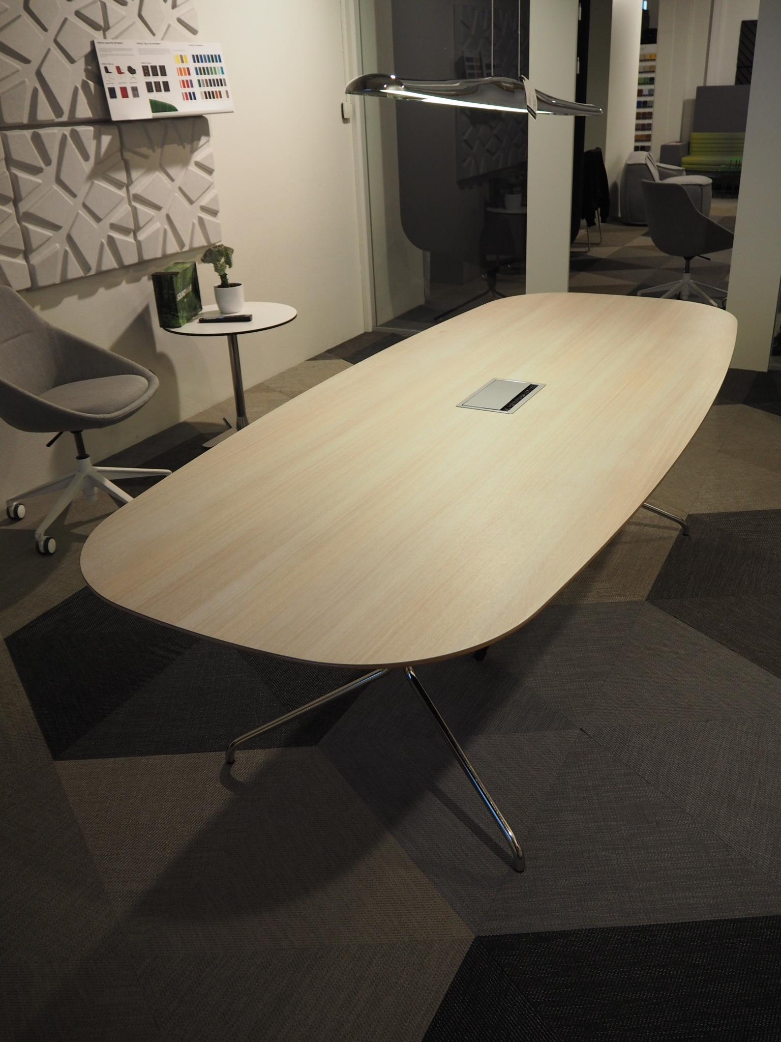 BOND BORD   Material: Formica laminat, hvitpigmentert eik Størrelse: 2400 x 1000 mm Inkl. tilbehør: Strømkilde Førpris: NOK 16'661 eks. mva  Nåpris: NOK 4'165 eks. mva