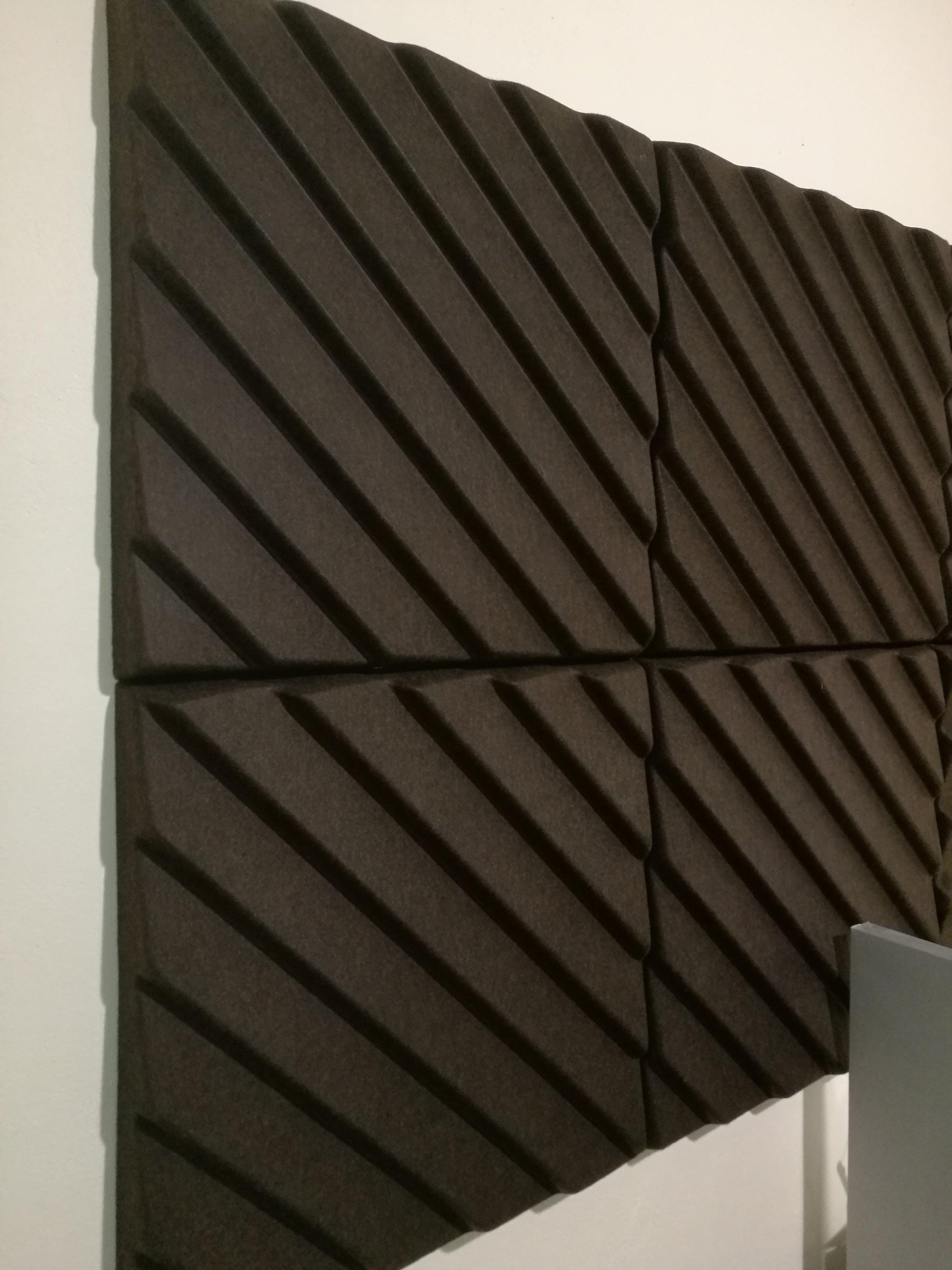 SOUNDWAVE STRIPES (10 stk)   Formpresset polYesterfiber i brun Førpris NOK 801 eks mva pr. stk  Nåpris NOK 200 eks. mva  pr. stk