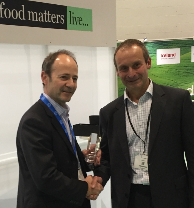 Ivor (left), Phynova's Managing Director, receives the award from Jim Trueman, Principal Industrial Fellow at IfM ECS
