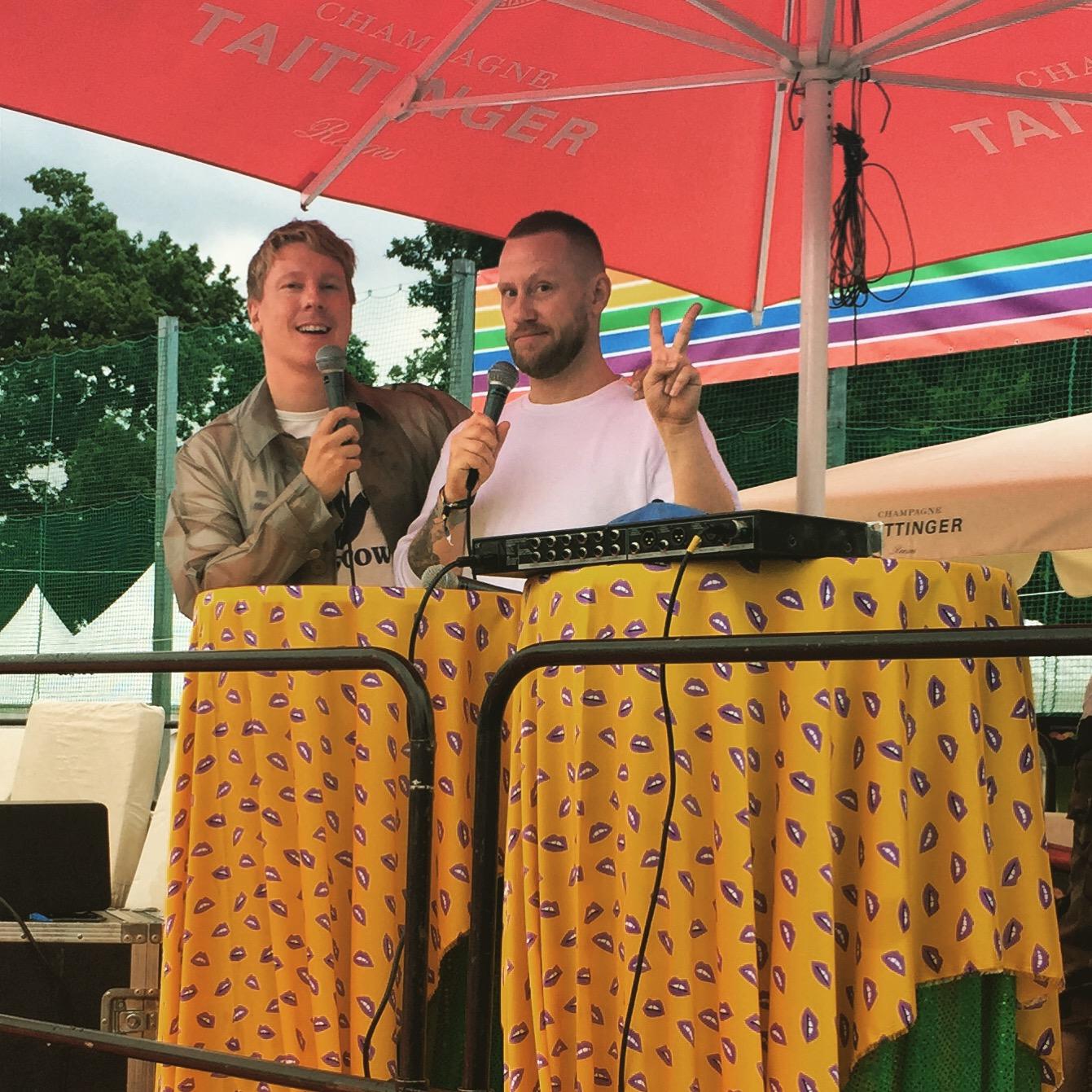 Johan och Robin checkar utrustningen inför live-podd i Pride Park