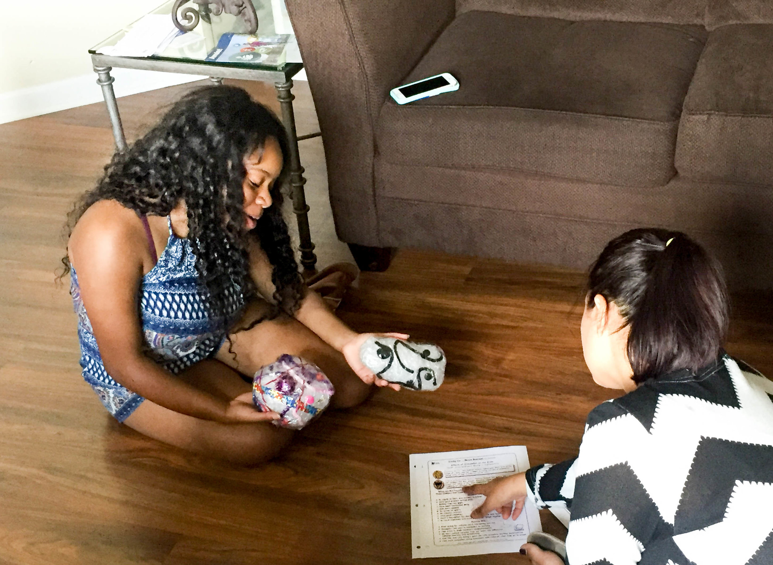 A parent in our Healthy Families Tennessee program learns about healthy brain development and the difference between a stimulated brain and a neglected brain from her home visitor.