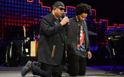 Stevie and son Kwame, kneeling for America (photo: Getty)