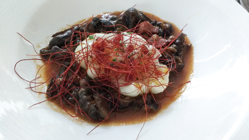 Caracoles con huevo (Snails with poached egg)