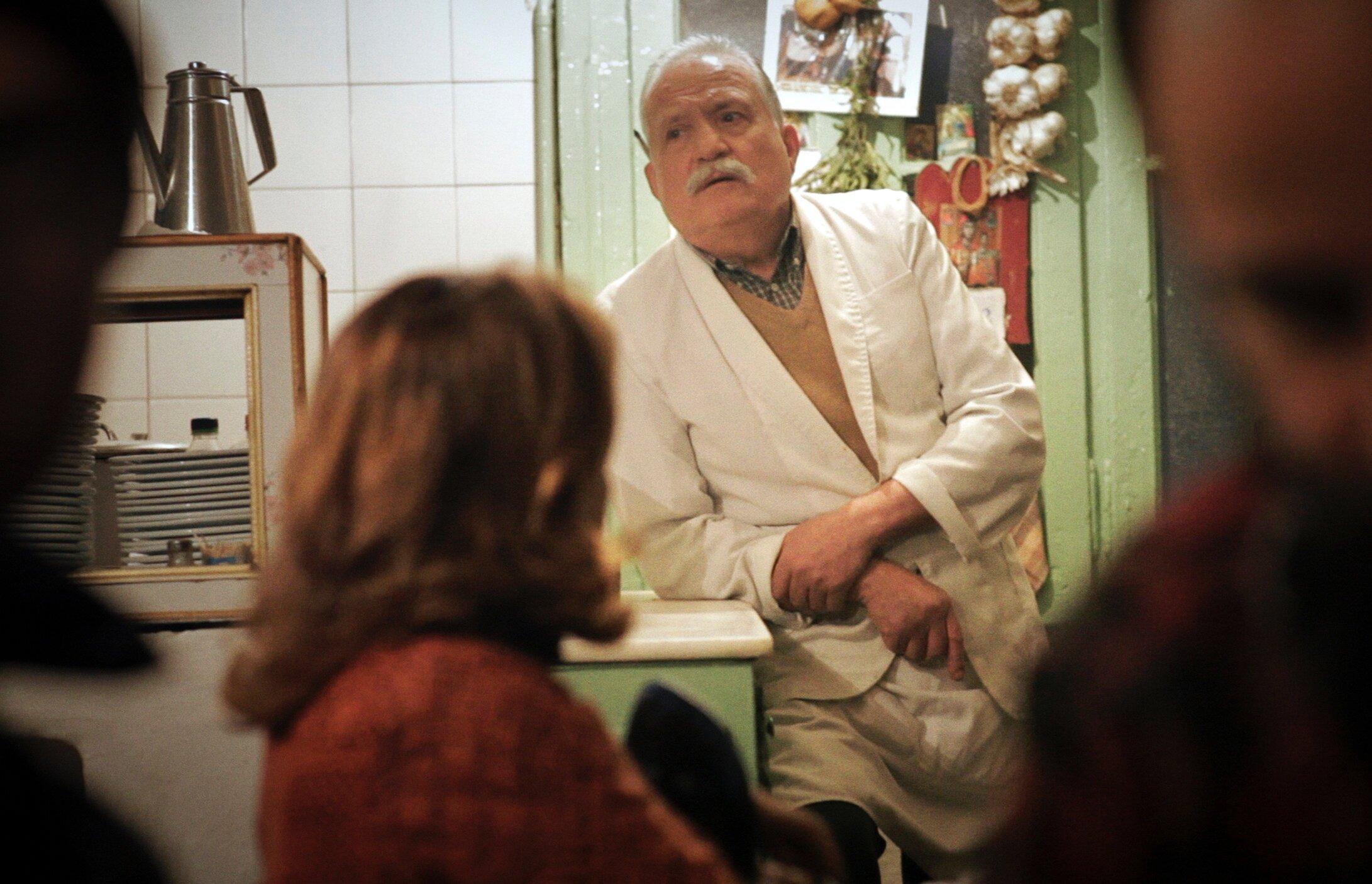 """A scene from the documentary, """"İstanbul Meyhaneleri: Vuslatın Başka Alem""""."""