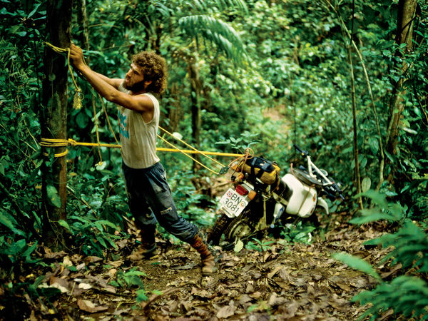 Helge Pedersen pulling the bike through the dense Darien Jungle. Circa 1986 (©Helge Pedersen)