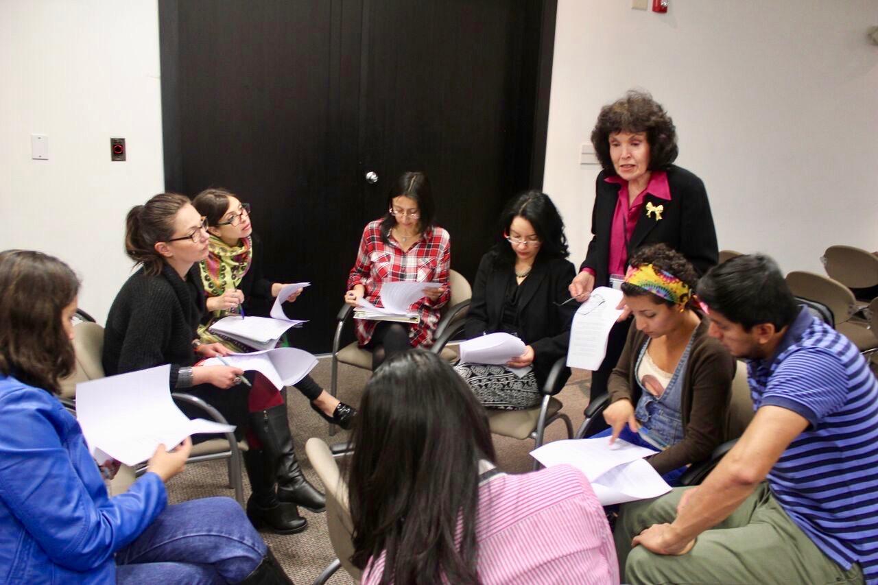 Mary King de ICNC ayudando a un grupo de trabajo en el curso de acción noviolenta.