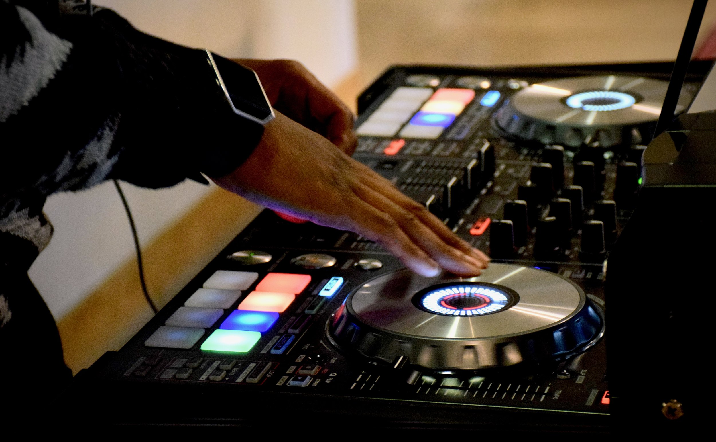 LIVE Reggae DJ - Mixin' up Reggae tunes!