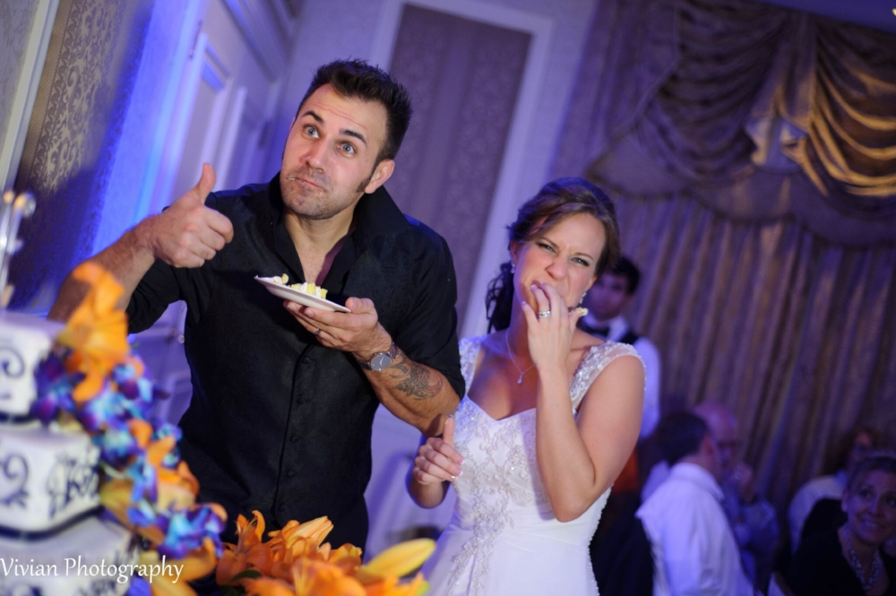 bride-and-groom-eating-cake-making-funny-faces.png