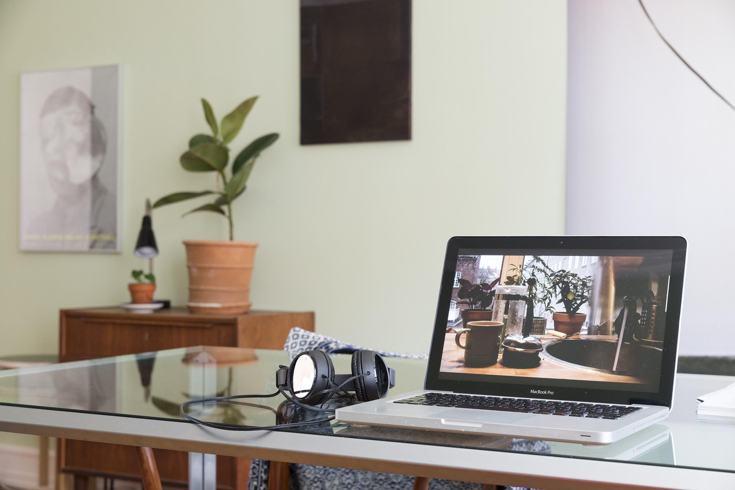 Kaffe Ritual (Coffee Ritual) (2012/2017),  video  7:47min, MacBook pro, table, Moa Alskog