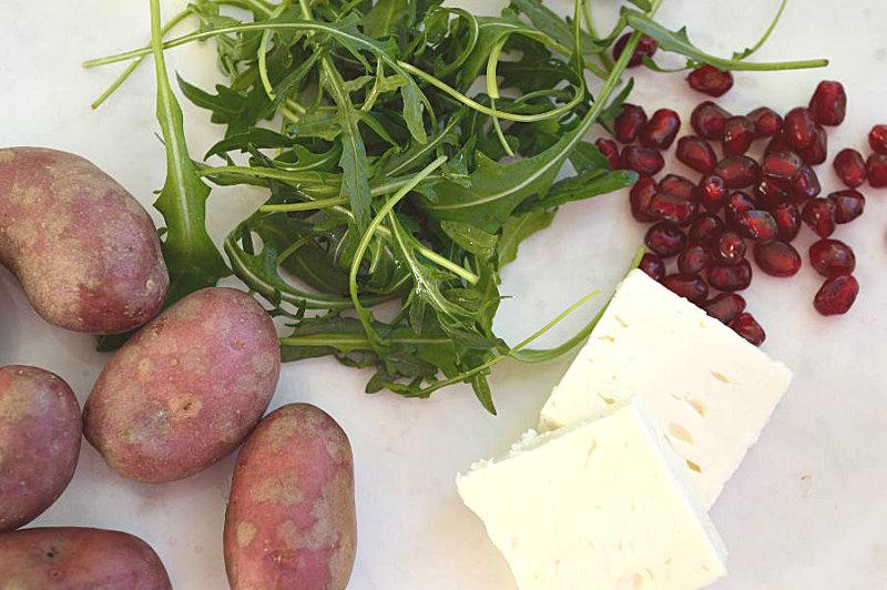 Potatis, ruccola, fetaost, granatäppelkärnor
