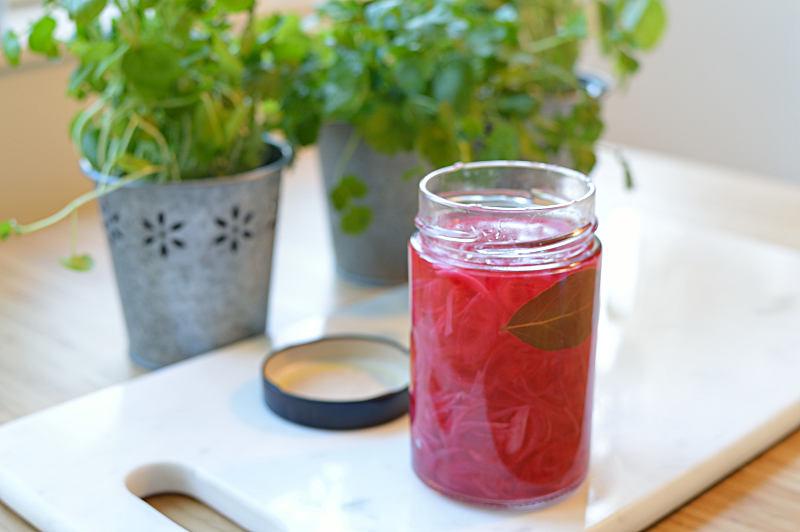 Färdig burk picklad rödlök