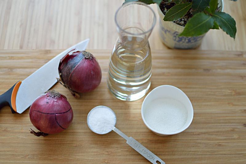 Ingredienser till picklad rödlök är lök, vitvinsvinäger socker, salt och lagerblad