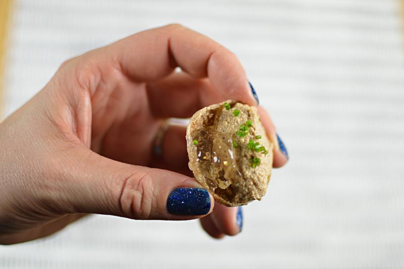 Närbild på paté och confit med guldglitter