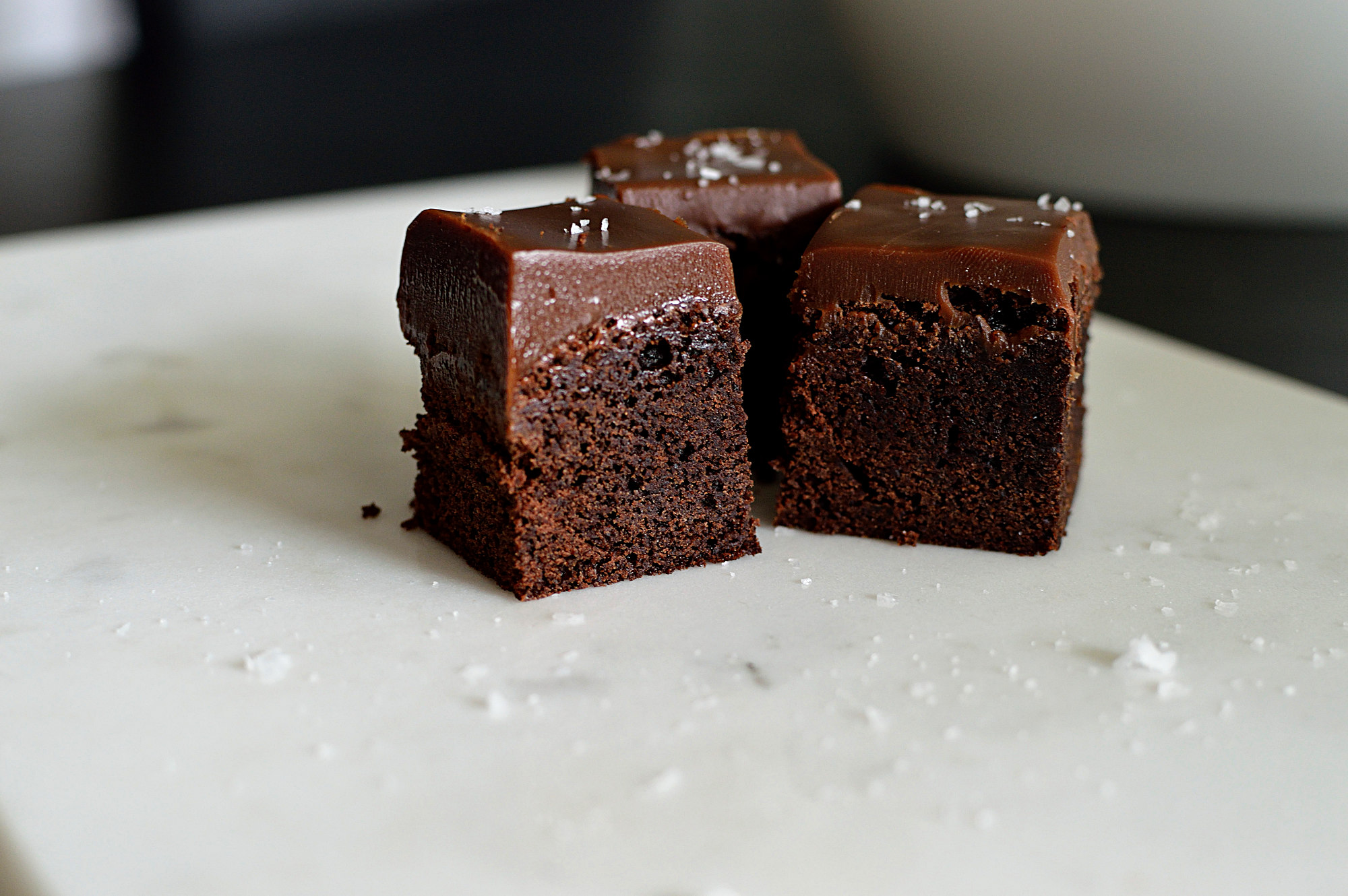 Brownies med salt karamelltryffel och flingsalt