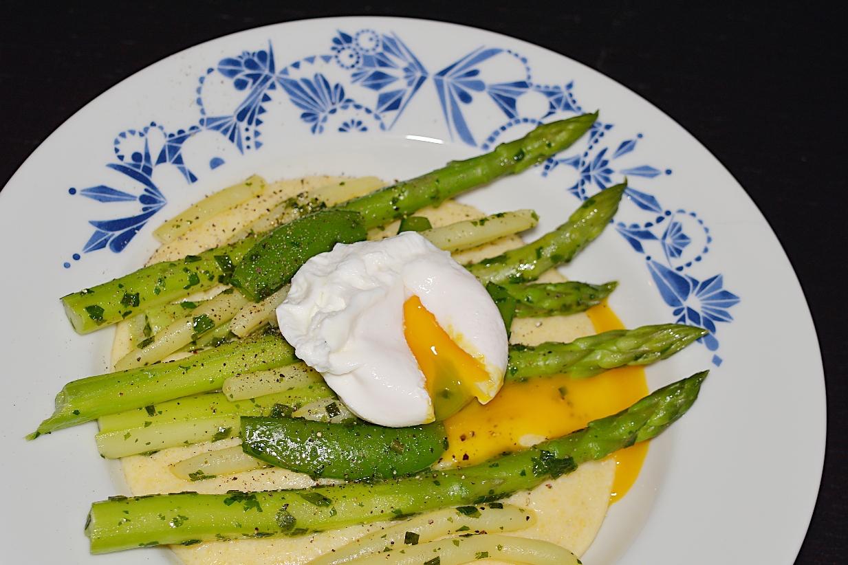 Polenta med ost, primörer och pocherat ägg