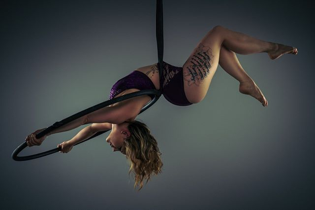 Always hard to pick a photo from @bradders2590 as they are all awesome.  This one stood out for me as this move is a little different. (wearing a little number from @perfexionclothing )  #lyra #aerialhoop #strongwomen #soberoctober #aerialistsofig #instagood #picoftheday #corestrength #perfexionclothing