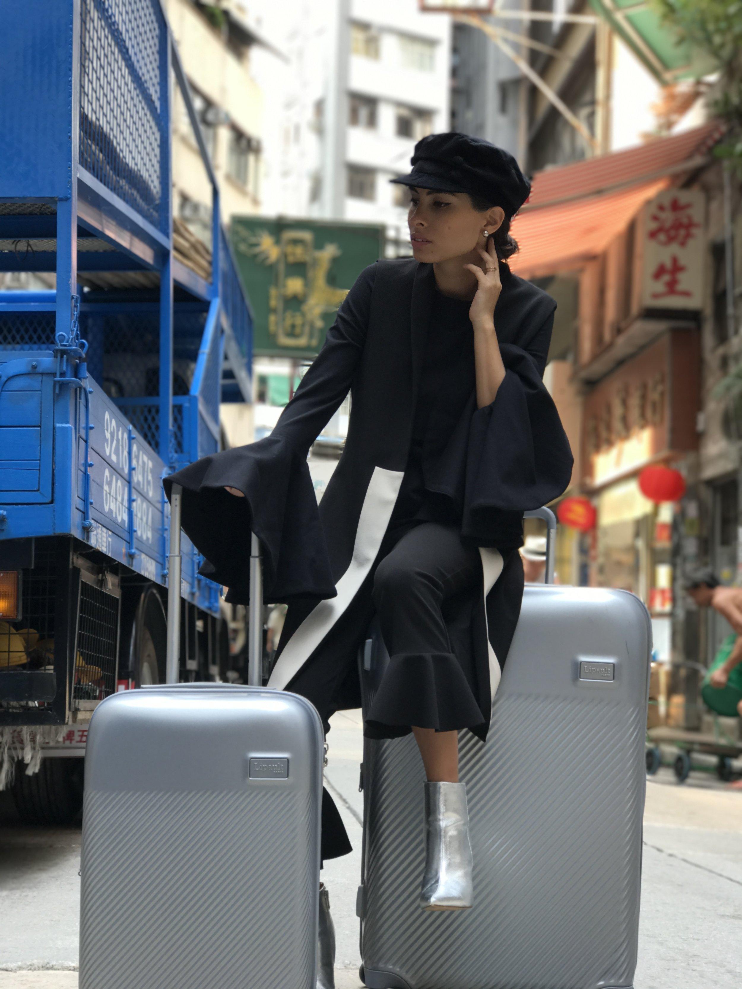 Juego de maletas Lipault Plume plateadas, en las calles de Hong Kong.