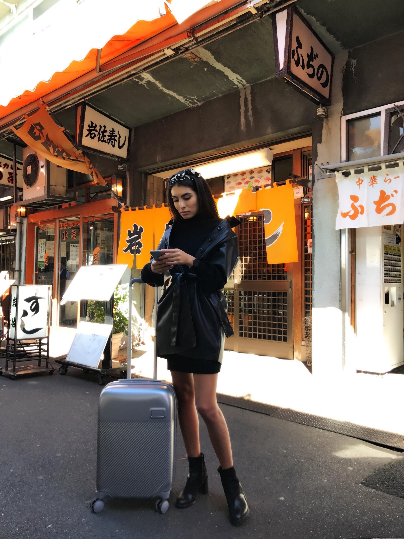 Otra cosa que me encanta de tener maletas ligeras es poder salir en una escala larga a conocer con ella sin necesidad de pedir ayuda para jalarla o cargarla. Tokyo, Japón.