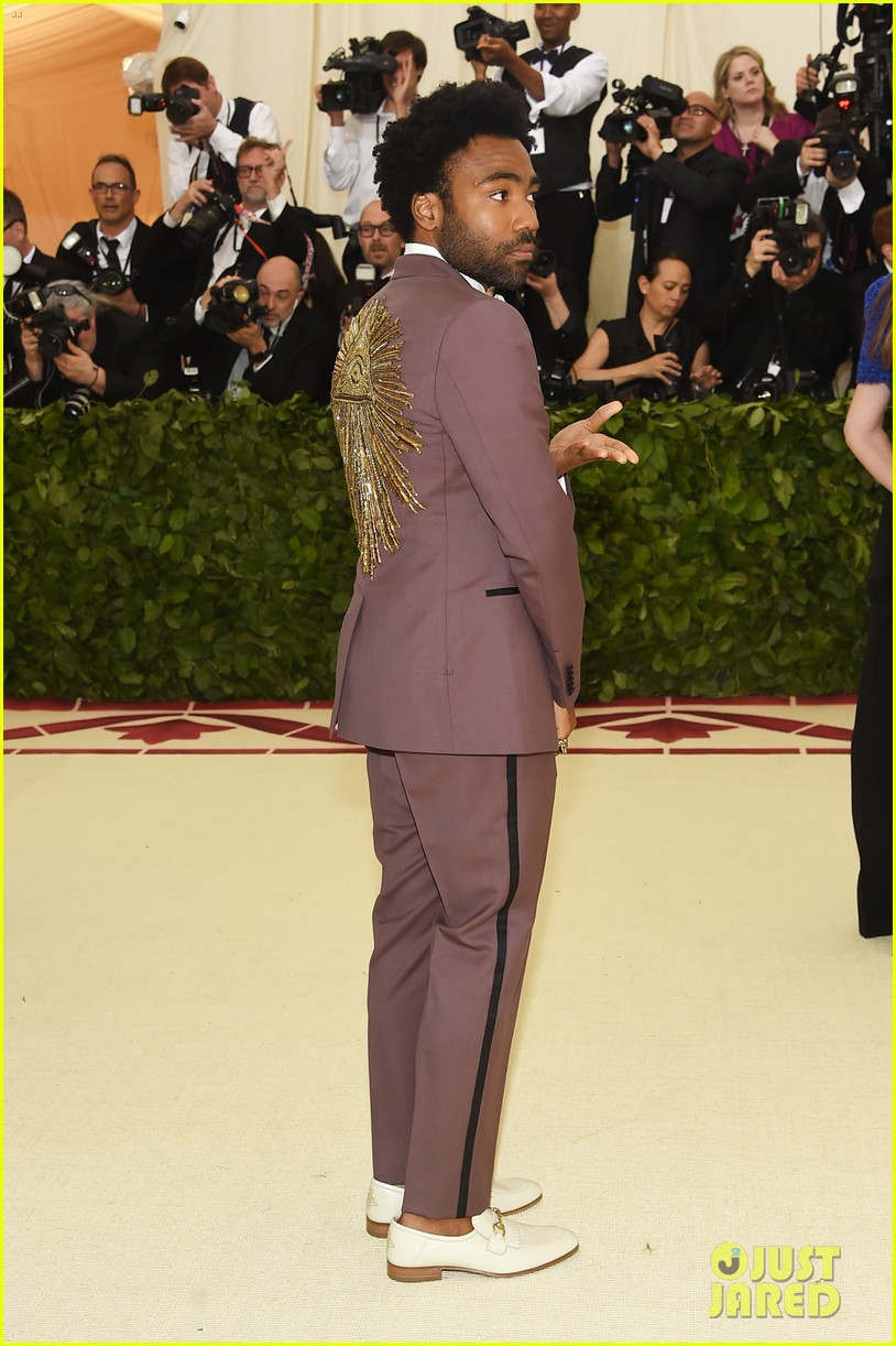 donald-glover-rocks-purple-gucci-suit-for-met-gala-05.jpg