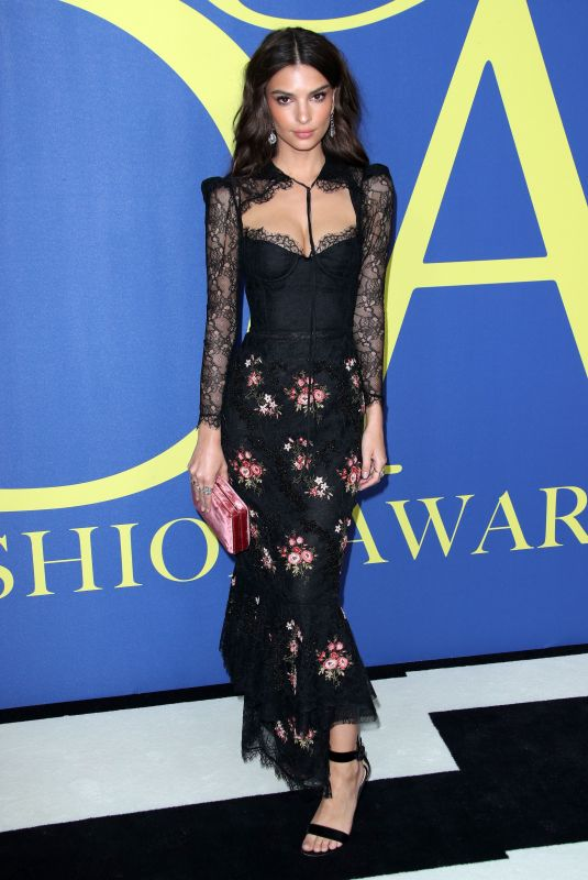 emily-ratajkowski-attends-the-2018-cfda-fashion-awards-at-brooklyn-museum-in-new-york-city-2_thumbnail.jpg