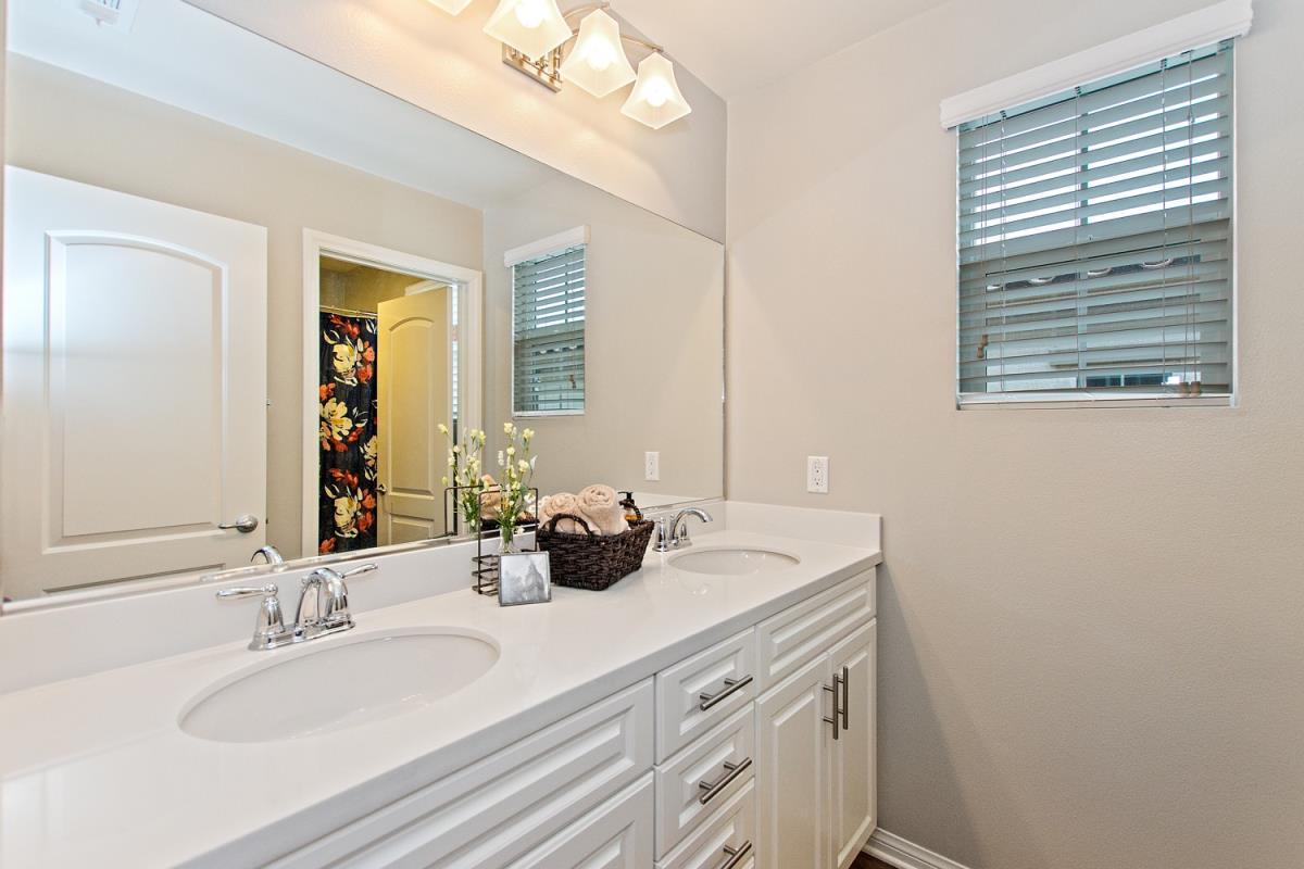 18-Bathroom(1).jpg