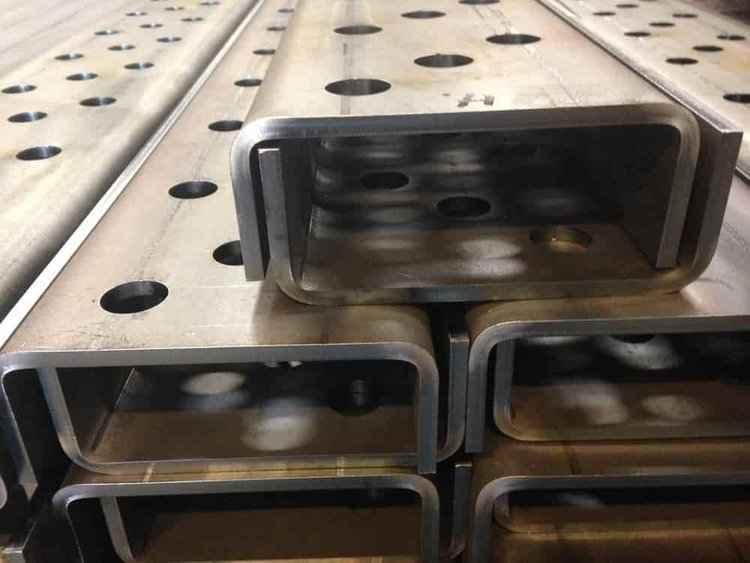 Bukning af stål   Når du bestiller bukning af plade i forskellige materialer, så kan du altid vide dig sikker på kantbukning af høj kvalitet. Vores kraftige maskiner har en stor ydeevne, hvorfor vi tilbyder:  · Pressekapacitet på såvel 50 - 30 tons som 250 tons  Vi udfører buk i alle former for metaller - herunder også stål. Selve processen er effektiv, nøjagtig og specielt tilpasset dit unikke produkt. Vi tilpasser og justerer indtil, vi rammer præcis det ønskede produkt - uanset om det være sig stål eller andet materiale.  Vores ISO 9001 certificering er blot en af mange sikkerhedsgarantier for høj og ensartet kvalitet samt det perfekte slutprodukt, når du handler hos KIMAS. Vi lever op til alle tekniske krav indenfor stål- og aluminiums-konstruktioner.  Hos KIMAS er vi innovative specialister i alle former for metal- og bukkearbejde. Vi deltager gerne i idé- og produktudvikling for, i god dialog med kunden, at kunne matche præcist det ønskede produkt.  Vi udfører alle former for metalbearbejdning og udfører, ud over buk i alle former, også laserskæring og svejsning.  Kontakt KIMAS på tlf. 75542744 eller på mail  kimas@kimas.dk