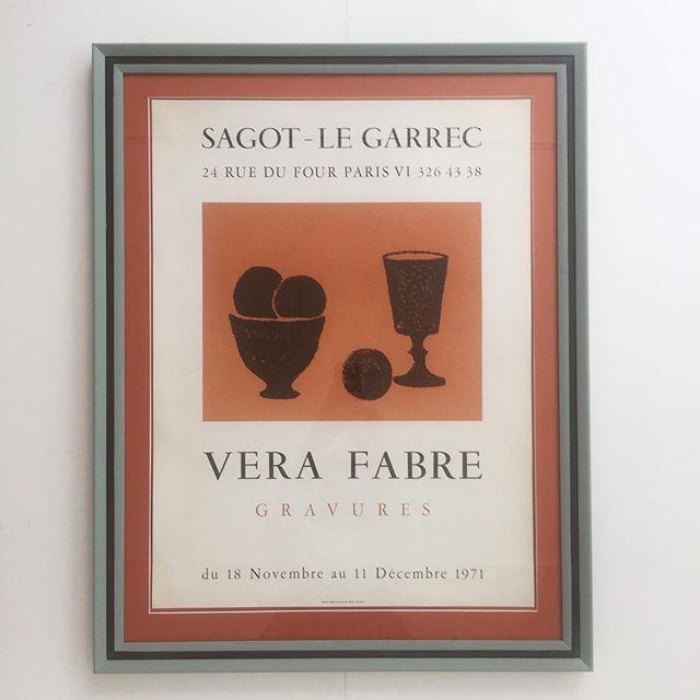 Solgt - Vera Couve Murvi De Fabre, fransk udstillingsplakat, litografisk fra 1971. Plakaten med stilleben motiv 🍷🍊er indrammet i håndmalet, tofarvet ramme, samt passpartout i en støvet orange farve. Mål er 80x63 cm. Pris 4200 DKK. #stilleben #poster #fransk #vintage #handpaintet