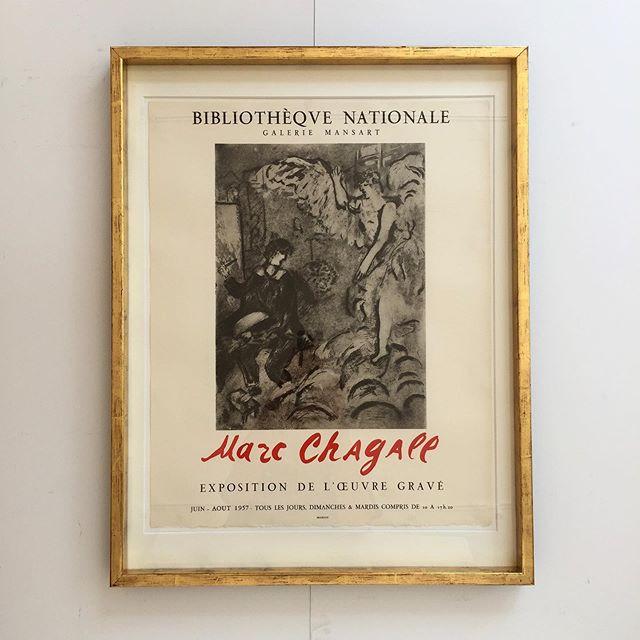 Litografisk udstillingsplakat af Marc Chagall, udført til Bibliotheque Nationale, i Paris 1957. Plakaten er trykt på kraftigt arches papir hos Mourlot. Plakaten er indrammet i en kraftig, patineret, ægte guldramme, opsat med passpartout. Mål 70 x54 cm. Pris 6800 DKK. #vintage #chagall #poster #bendtsens