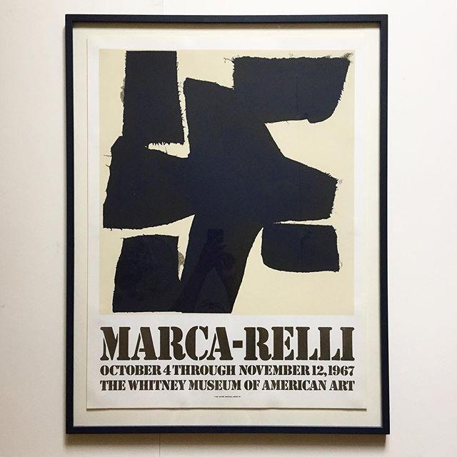 """Marca Relli, vintage udstillingsplakat fra 1967, 🌑udført til Whitney Museum. (Plakatens motiv er mørkeblåt, ikke sort) den er trykt på meget kraftigt arches papir. Indramning i meget mørkeblå træramme med """"svæv"""". Mål 91x70 cm. Pris 5000 DKK. #poster #marcarelli #bendtsens #handmade #loveposters"""