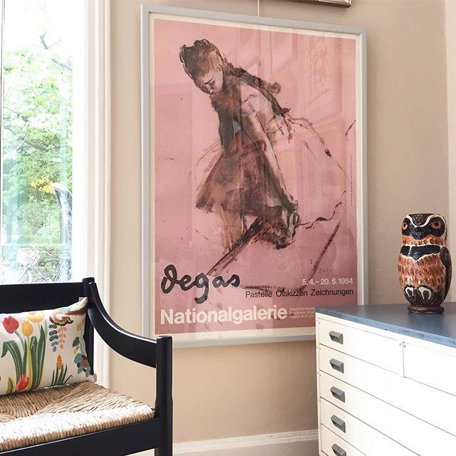 Edgar Degas, stor offset udstillingsplakat med modelstudie af balletpige. 🌸Plakaten som er fra 1984, er indrammet i en håndmalet lys, blågrå ramme. 129x93 cm. 6000 DKK. #degas #exhibition #poster #art