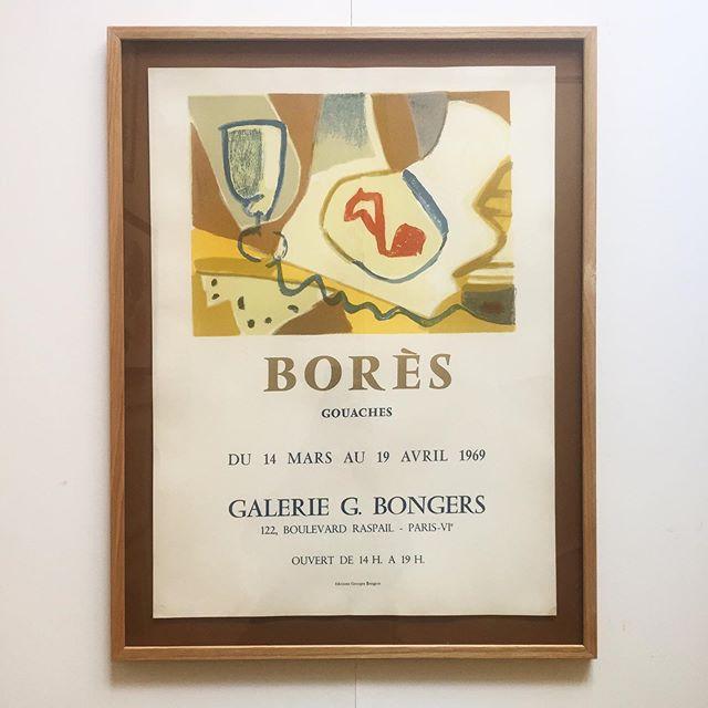 """Francisco Bores, litografisk udstillingsplakat fra Galerie G. Bongers 1969. 🍷🧀Plakaten er indrammet i en egetræsramme, opsat """"svævende"""" på lys brun baggrund. Mål 89x66 DKK. 4600 DKK. #poster #bores #vintage #bendtsens"""