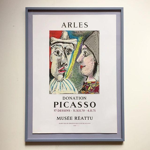 """Picasso, 👥 litografisk udstillingsplakat fra Musee Reattu i Arles 1971. Plakaten er indrammet i en støvet, lys lilla ramme, opsat med """"svæv"""" på baggrund i samme farvetone. Mål 88x64 cm. 7800 DKK. #picasso #poster #museerettu #radering #bendtsens"""