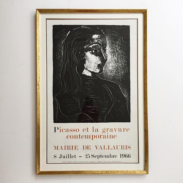 Pablo Picasso, silketrykt/serigrafisk, udstillingsplakat fra 1966, Vallauris, med Jacqueline som motiv. Plakaten er indrammet med en ægte, håndforgyldt, patineret ramme, samt opsat med passpartout, på mørk baggrund. Mål 77x52 cm. 8300 DKK. #picasso #poster #vallauris #vintage #bendtsens