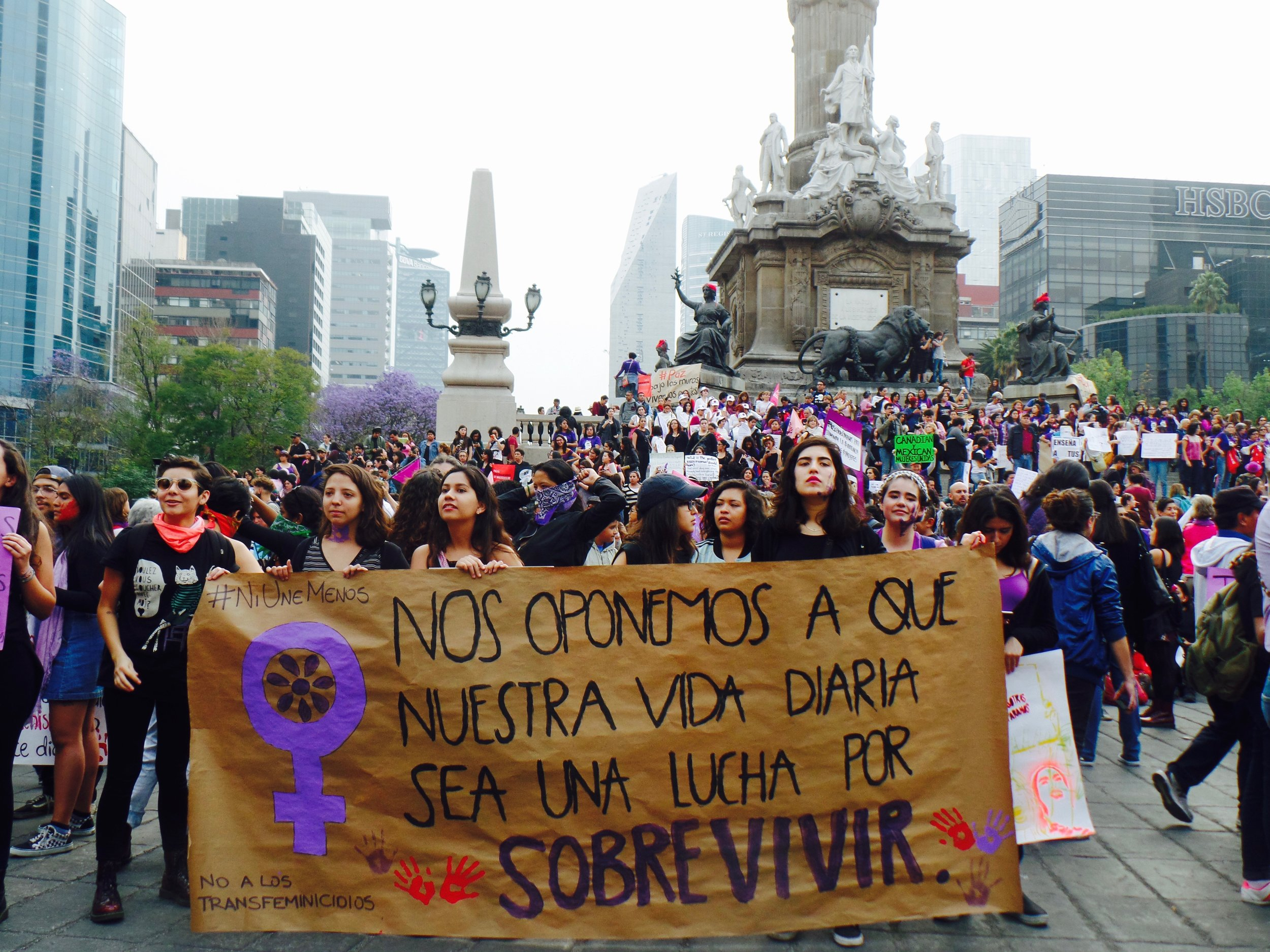 Foto por/photo by Natalia Bonilla.  English translation: We are opposed to our daily life being a struggle to live.
