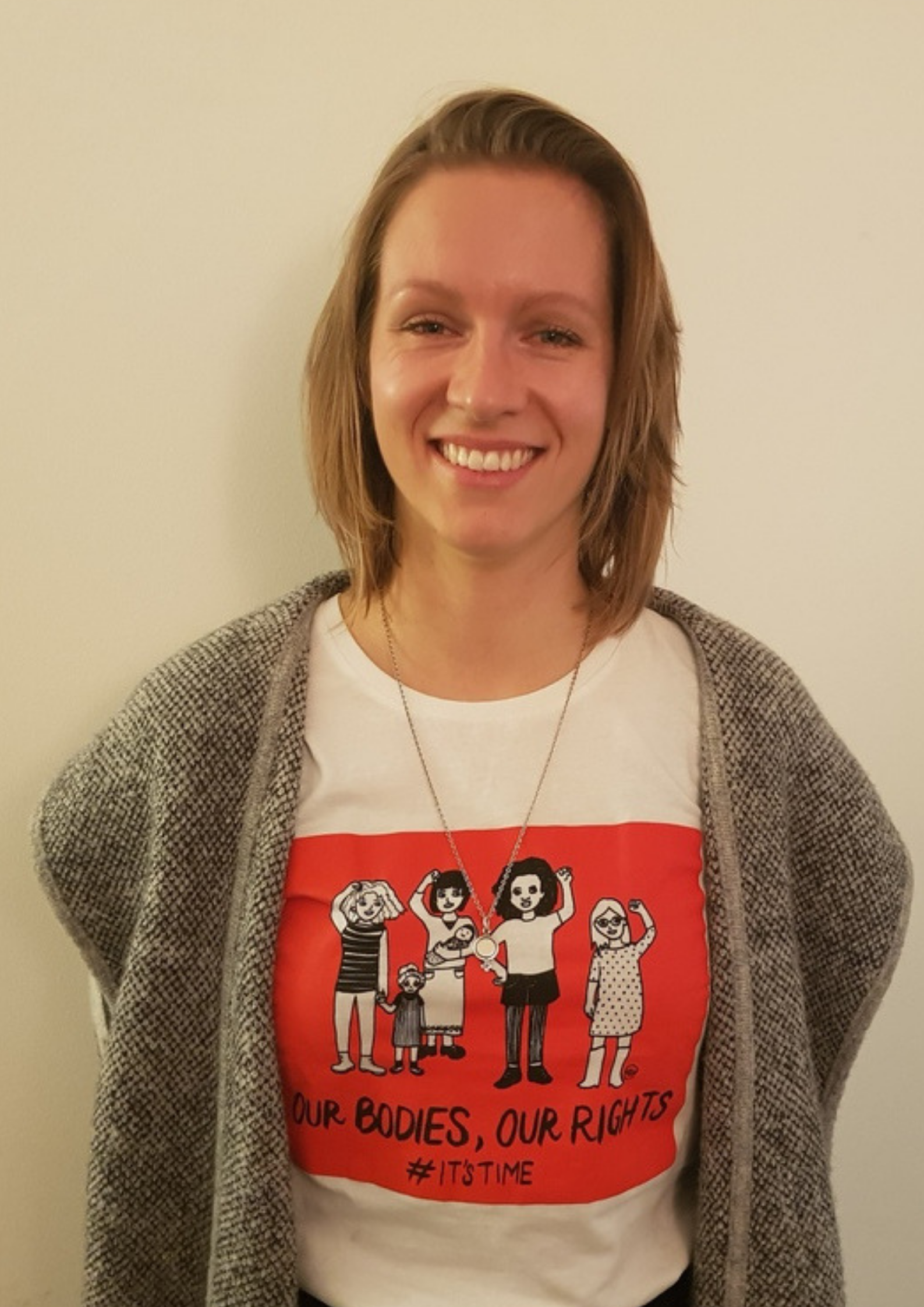 Roos is wearing a t-shirt designed by Marga RH's from Amnesty International's  Write for Rights  campaign.