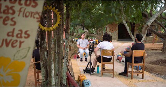 Sandro é um dos professores do #Serta, uma instituição de ensino no interior de #Pernambuco que trabalha com agroecologia. ⠀ Lá, homens e mulheres aprendem a trabalhar com a terra de maneira sustentável e eficiente. Muitos homens saem de lá mudados e fomos entender o porquê. Uma das matérias ensinadas tem foco em direitos humanos e trabalha a relação do agricultor com a sociedade, quebrando preconceitos e estereótipos, através de dinâmicas de grupo e rodas de conversa. Vale a pena conhecer! ⠀ #documentário #doc #masculinidades #PE #agroecologia