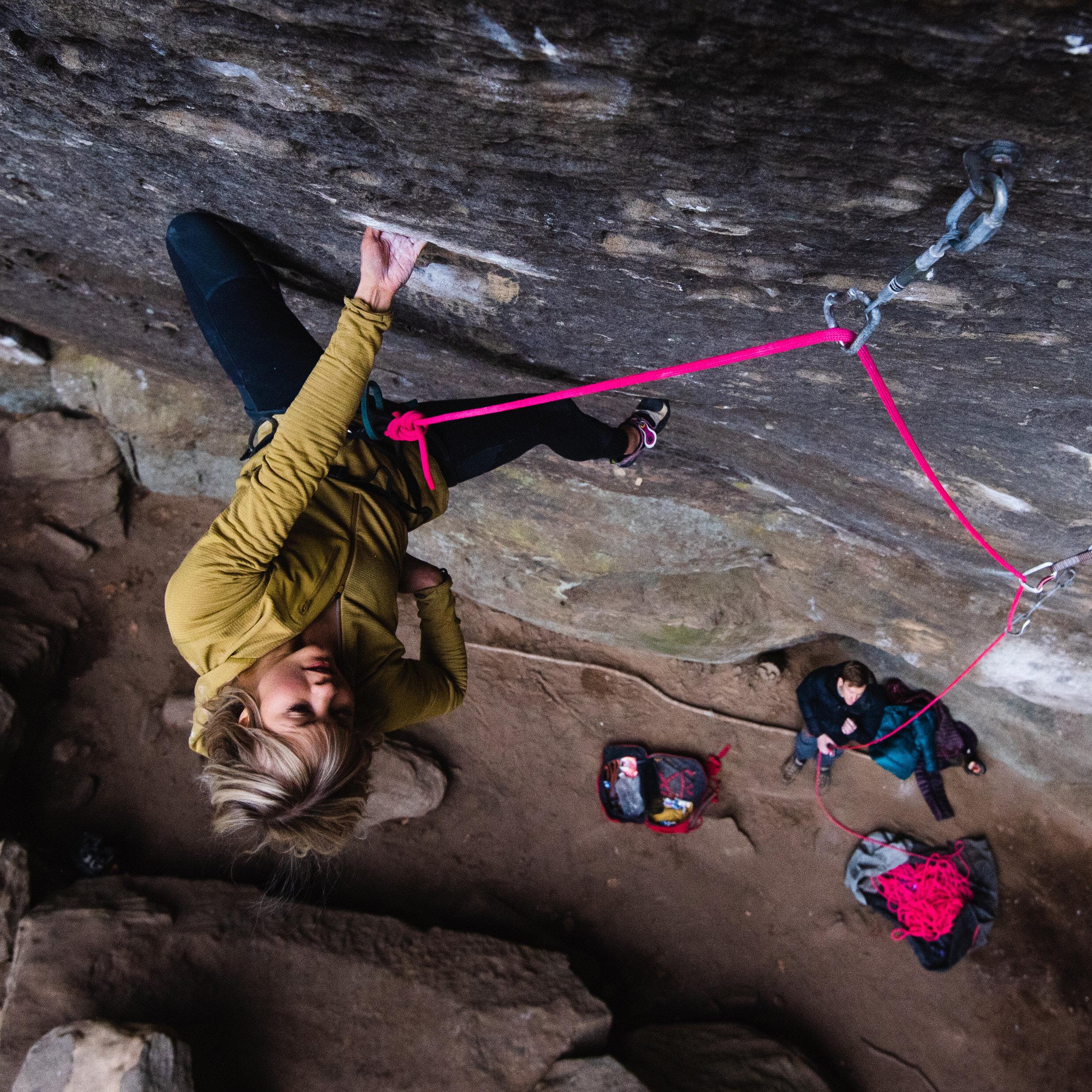 Anna Liina Laitinen - Maailman kallioita ja kilpailuja ammattilaisena kiertävän Anna Liina Laitisen kiipeilysaavutusten lista pitää sisällään mm. ensimmäisen suomalaisen naiskiipeilijän 8B flash boulderin. Köydellä Laitinen on ollut ensimmäinen suomalainen nainen, joka on kiivennyt 8c+ reitin sekä 8b vaikeustason onsightin. Laitinen kertoo elämästään ammattilaisena sekä vie kuuntelijan matkalle maailman parhaisiin kiipeilykohteisiin.