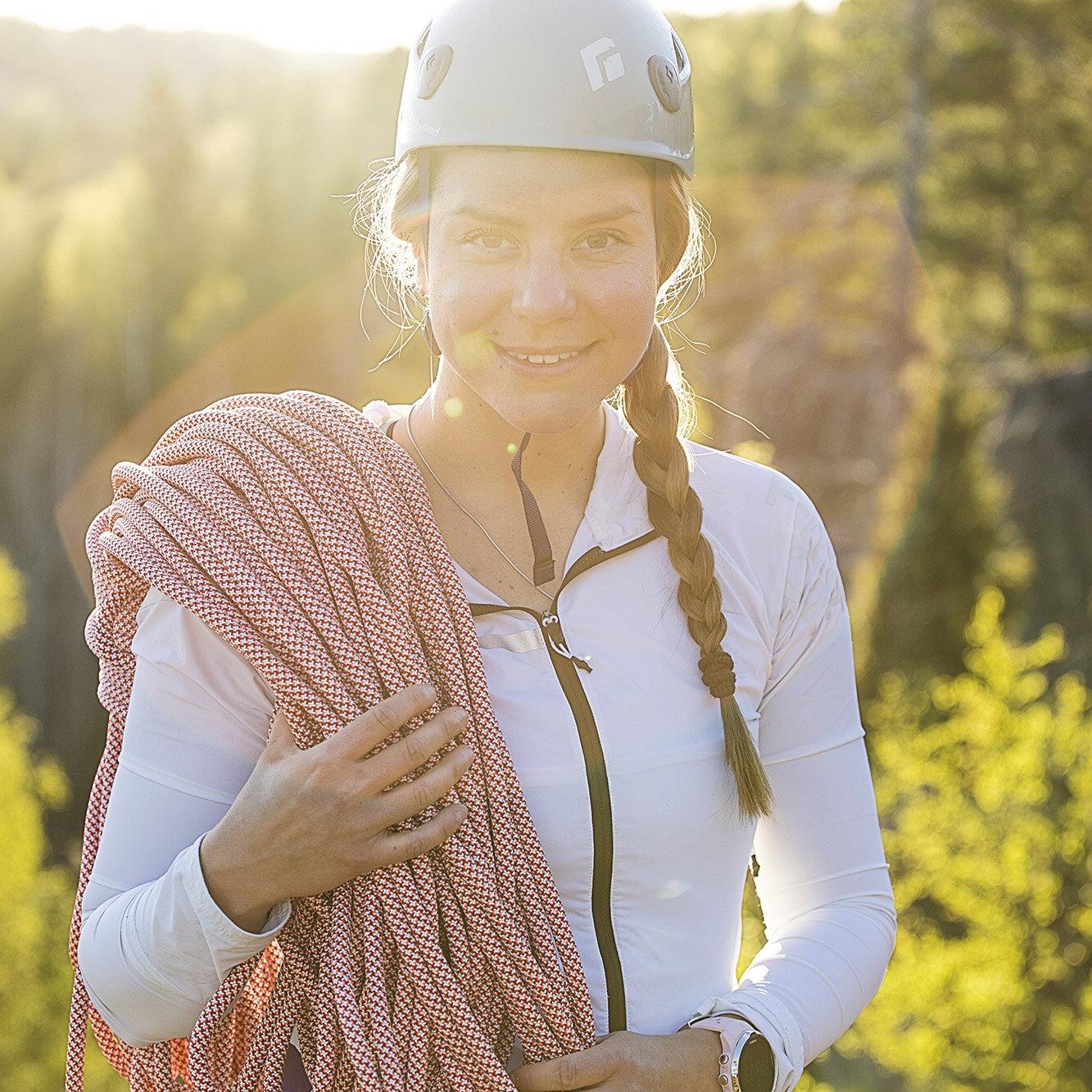 Anni Penttilä - Tapahtumalavan esitykset avaa 26-vuotias helsinkiläinen, joka on seikkailut eri puolilla maailmaa vuorikiipeillen. Annin tavoitteena on kiivetä Mt. Everestin huipulle 2020. Anni kertoo vuorikiipeilyyn valmistautumisesta ja millainen projekti Mt. Everestille nousemisesta syntyy.
