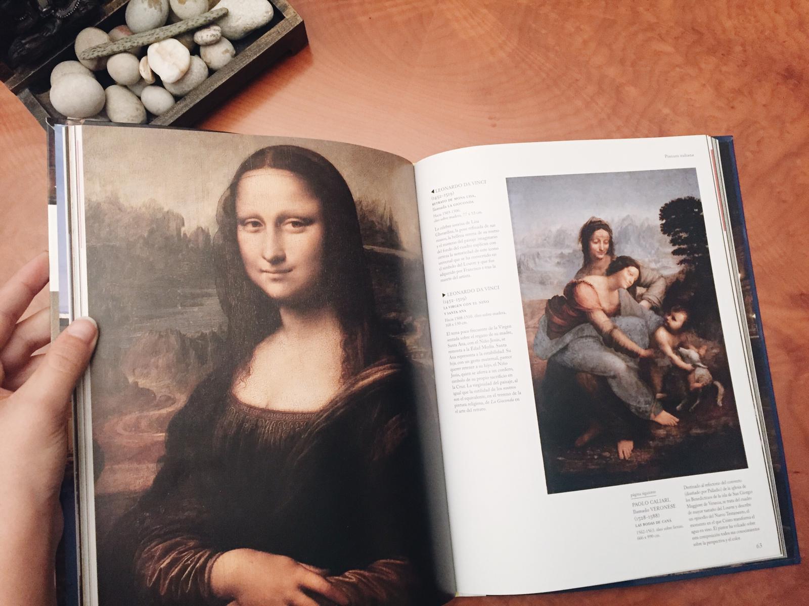 Este es un libro que me llevé del Louvre, tiene obras des de 8000 aC hasta el siglo XIX. Y obvio, aquí está Da Vinci.