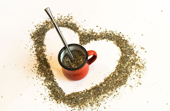 - Even though yerba mate has caffeine, most caffeine-sensitive individuals don't experience the harsh side effects (jitters, stomach upset, headaches, addiction) common with coffee and black or green tea. That's because yerba mate has a low tannin content and isn't oily and acid forming, so it is less likely to cause stomach acid and jitters.Whether you are seeking an invigorating coffee alternative, or simply looking to try something new, yerba mate is a wonderful herbal tea option. Now you can enjoy yerba mate in loose-leaf form, letting you experience the tea the authentic South American way.LEARN MORE>>