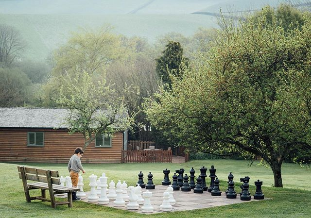 We spent our Easter on a gorgeous family farm in Devon and discovered chess is actually a really great game for kids, who knew? I had never thought of teaching them before! . Pasamos la Semana Santa en una granja familiar en Devon, y descubrimos que el ajedrez es un juego genial y súper entretenido para niños! No se me había ocurrido enseñarles antes!